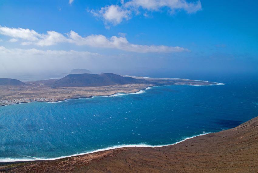 10 sitios para visitar en Lanzarote, imagen aérea de la Isla, por Marca Canaris