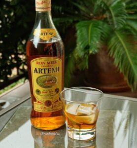 Botella y copa de ron Artemi