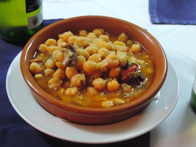 Auténtico plato de garbanzas compuestas de Canarias