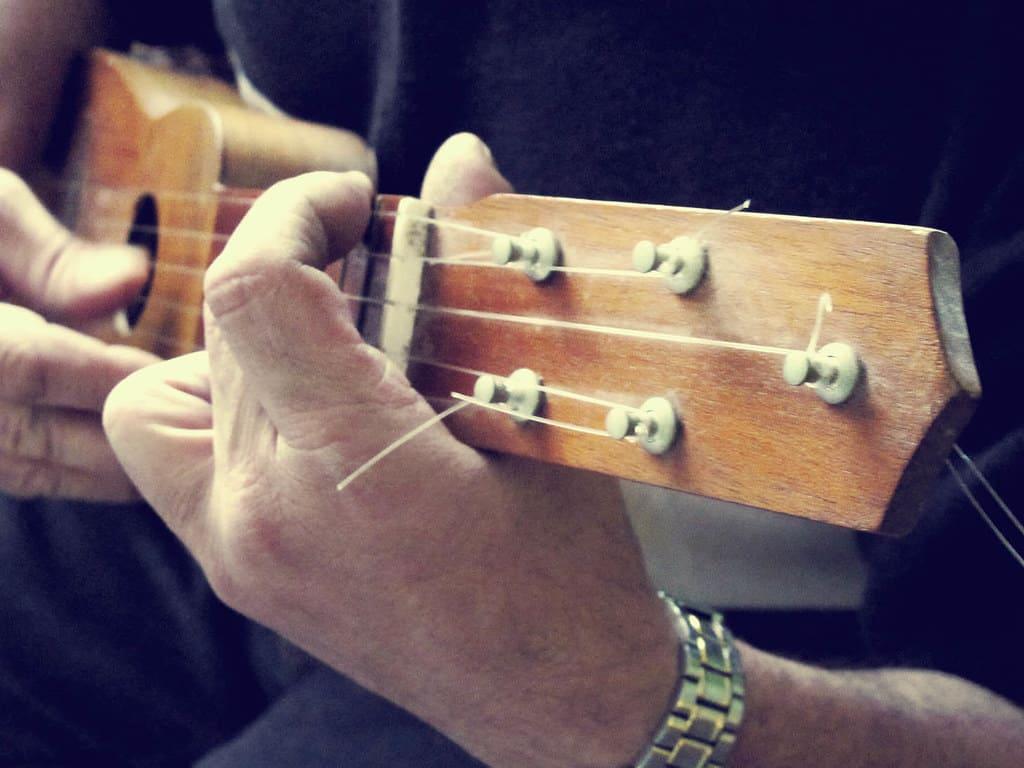 Tocando el timple canario, instrumento por antonomasia de las islas